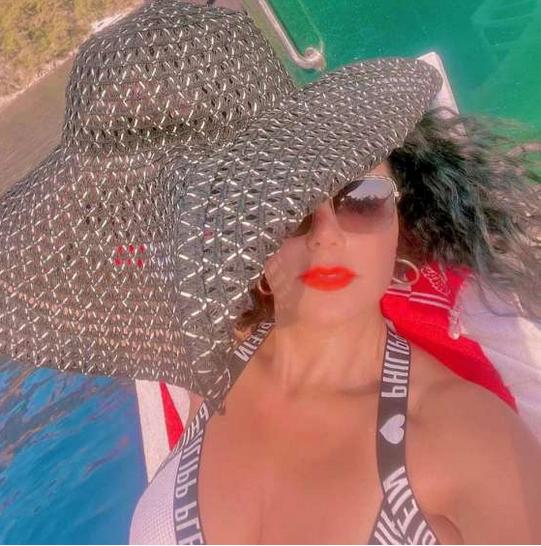 رانيا يوسف تثير الجدل بسبب إطلالتها الجريئة